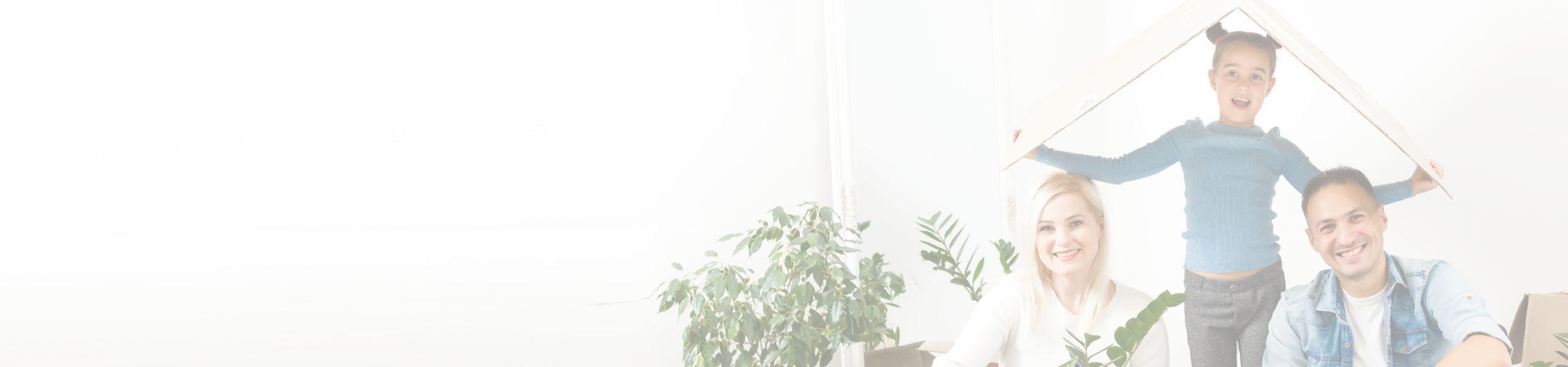 Jeune fille tenant un toit en carton ici la tête avec ses parents assis sur le sol juste à côté d'elle dans un salon
